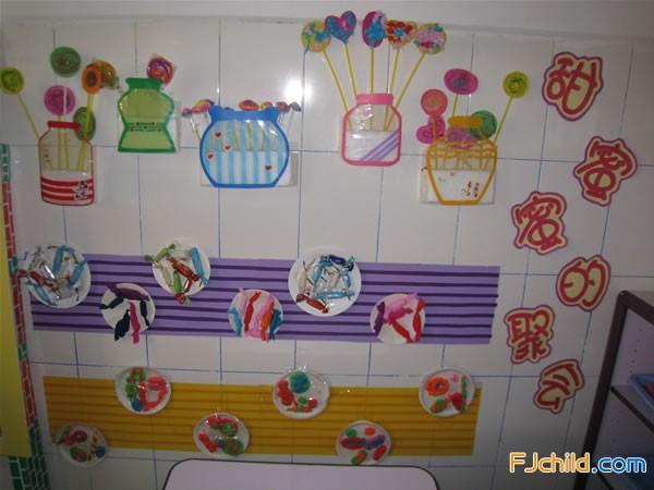 供稿:陈玉霜 作品说明:为了激发小班幼儿动手操作的兴趣,教师不仅制作了形态可爱、颜色各异的糖罐,还粘贴了若干个快餐盘,孩子们每天进入这个区域,可以运用橡皮泥、皱纸、卡纸、油画棒等搓搓、拧拧、撕撕、画画,将制作好的棒棒糖插入糖罐,将包装好的糖果、制作好的糖豆粘贴在盘子里每日进入到这个区域劳作,都会有小小的成功感哦!