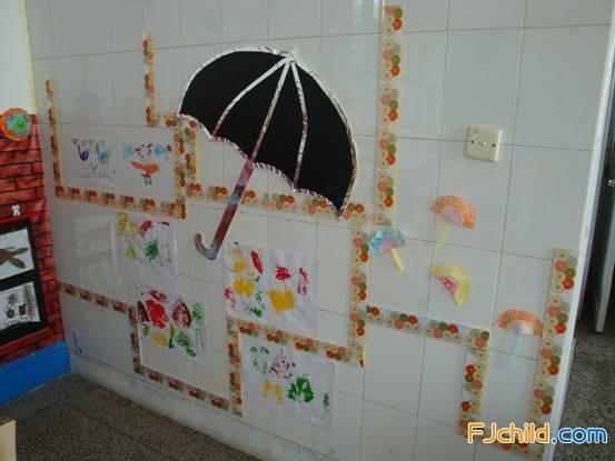 供稿:王芳 作品说明:我们带领中一班的幼儿用心创设伞的世界的主题环境。教室背后的两版墙面构成一个整体墙饰,蓝蓝的天空上飞翔着色彩斑斓的大伞,无数的小伞围绕在四周旋转,它们承载着孩子们的梦遨游太空。我们将运用各种造型独特的伞设计为剪影的形式,将收集到的有关伞的资料(如:伞的发明、伞的种类、雨具的变迁、孩子们创编的关于伞的诗歌、寻找到的大自然中的伞等),分类张贴在剪影上,供幼儿在日常生活中学习与分享。形成一版会说话的墙。在美术区中利用展示架、墙面展示幼儿运用各种美术表征手法完成的作品。(