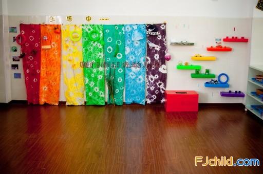 厦门市日光幼儿园中班操作区 颜色配对游戏墙.jpg